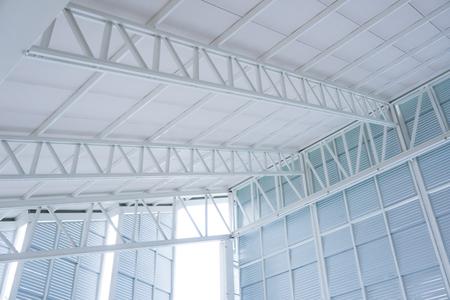 Grande ferme de structure en acier, cadre de toit et tôle dans le chantier de construction