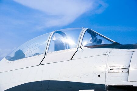 Primer plano de la cabina de un avión de combate militar y el dosel contra un cielo azul, el dosel del avión contra