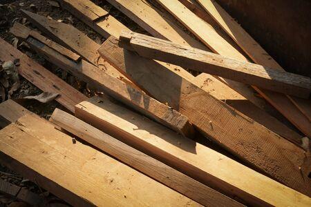 Pila de troncos de madera para la construcción Producción de muebles, coser restos de madera natural, proceso listo para reciclar y reutilizar en una mejor gestión de residuos bajo un enfoque sostenible y eficiente para salvar el medio ambiente