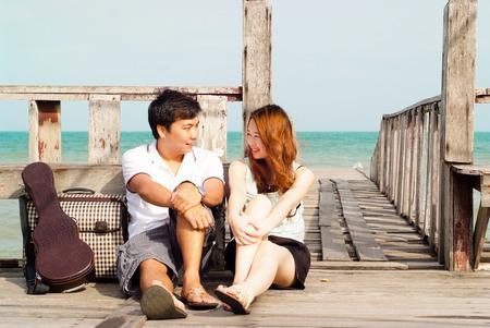 tourist vacation: Coppie asiatiche con un grande tempo presso l'isola, Thailandia Archivio Fotografico
