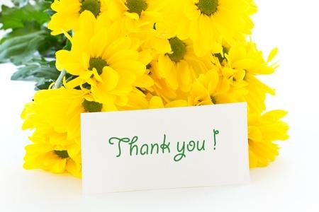agradecimiento: hermoso ramo de crisantemos amarillos sobre un fondo blanco