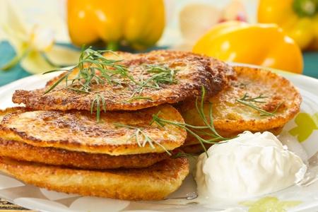 aardappel pannenkoeken met dille en zure room close-up