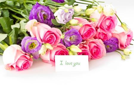 ramo flores: hermoso ramo de rosas brillantes, lisianthus y otras flores en un fondo blanco Foto de archivo