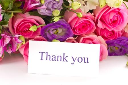 merci: beau bouquet de roses lumineuses, Lisianthus et autres fleurs sur un fond blanc