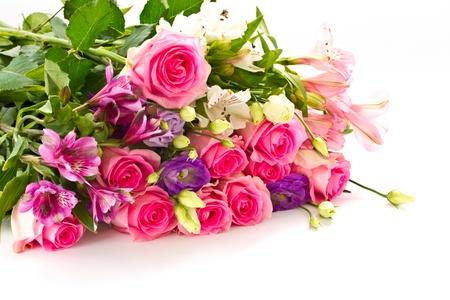 mooi helder boeket rozen, Lisianthus en andere bloemen op een witte achtergrond