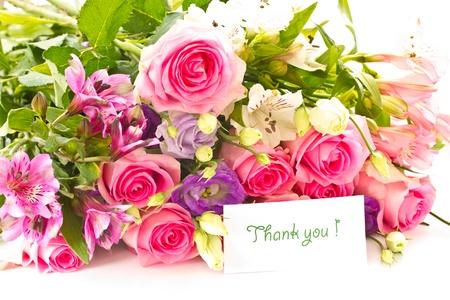 在白色背景上鮮豔美麗的玫瑰花束,洋桔梗等花卉