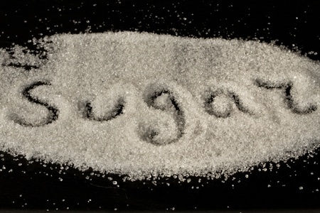 在黑色背景上大量的糖造粒