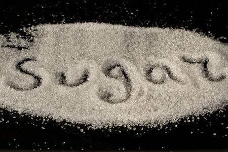 veel granulatie suiker op een zwarte achtergrond Stockfoto