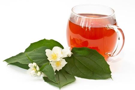 jasmijn thee en jasmijn bloemen op een witte achtergrond Stockfoto