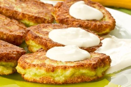gebakken courgette pannenkoeken met verse zure room