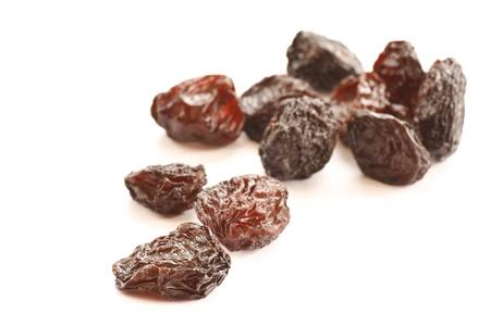 frutos secos: seca marr�n pasas aislados sobre un fondo blanco Foto de archivo