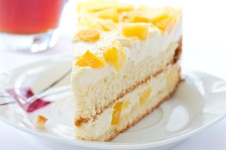 水果蛋糕和牛奶的奶油和水果