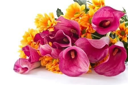 boeket van calla lelies en oranje chrysanten op een witte achtergrond