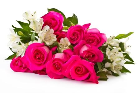 arreglo floral: rosas rojas y Alstroemeria blanca sobre un fondo blanco