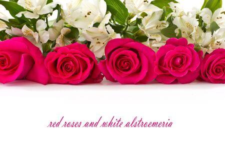 flores de cumpleaños: rosas rojas y Alstroemeria blanca sobre un fondo blanco