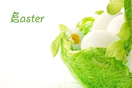 Huevos de Pascua en una cesta sobre un fondo blanco Foto de archivo - 12805609