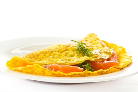 scrambled eggs: huevos revueltos con salm�n salado en un plato Foto de archivo