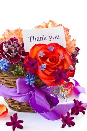 helder boeket van rozen en in het voorjaar bloemen op een witte achtergrond Stockfoto