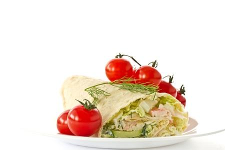 sandwiche: panini con verdure e bastoncini di granchio su uno sfondo bianco