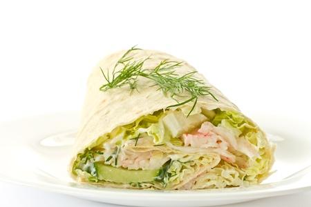 sandwiche: involtini con verdure e bastoncini di granchio su uno sfondo bianco