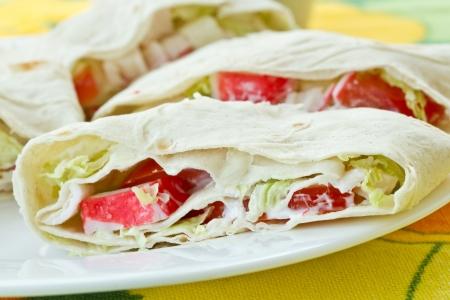 sandwiche: rotoli con bastoncini di granchio e pane pita con verdure