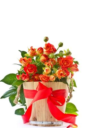 在白色背景上美麗的一束紅玫瑰