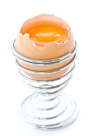 gallina con huevos: yema de huevo en la c�scara en un fondo blanco