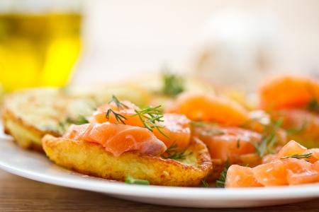 viandes et substituts: cr�pes de pommes de terre au saumon sal� et l�gumes Banque d'images