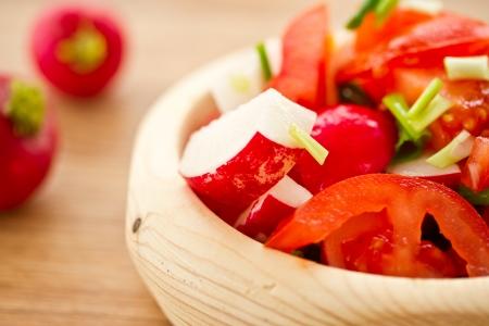 plato del buen comer: ensalada fresca con los rábanos y tomates con hierbas