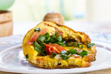 huevos revueltos: huevos revueltos con tomates a la parrilla y hierbas