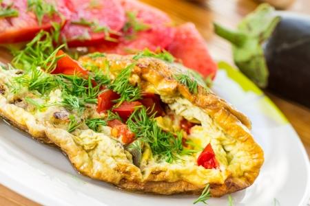 Omelet met groenten en tomaten op een plaat Stockfoto - 21359263
