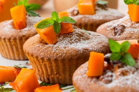 magdalenas: magdalenas de calabaza dulces con nueces y az�car en polvo