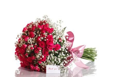 flores de cumpleaños: ramo de rosas rojas con gratitud sobre un fondo blanco