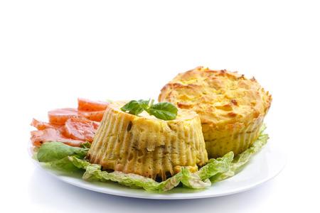 Kartoffel-Pudding mit Champignon-Füllung auf einem weißen Hintergrund