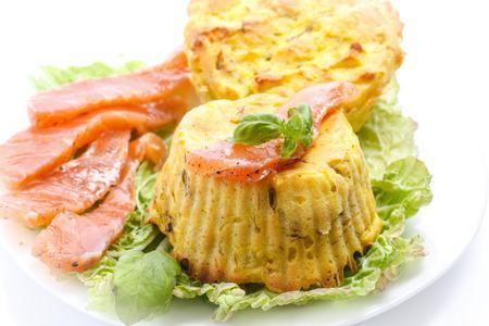 opvulmateriaal: aardappel pudding met champignon vulling op een witte achtergrond