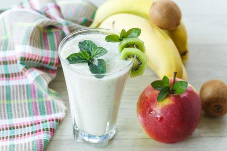 platano maduro: dulce batido de frutas con manzanas, kiwi y pl�tano
