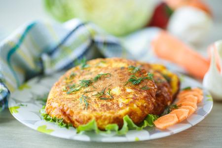 bign�: Frittelle di carota con erbe su un piatto d'argento