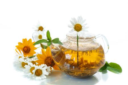 白地に花とカモミール ハーブ ティー 写真素材 - 29767882