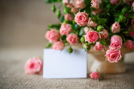 flores de cumplea�os: hermoso ramo de rosas de color rosa en una vieja mesa de arpillera