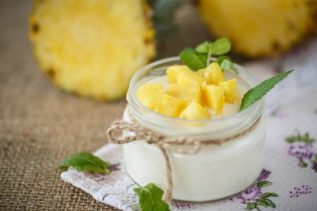 pineapple: sữa chua tự làm ngọt với dứa trong một lọ thủy tinh