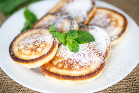 powdered: sweet pancakes with powdered sugar and a sprig of mint