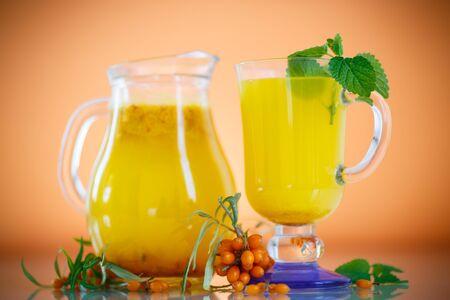 argousier: jus de baies m�res de l'argousier dans une tasse de verre