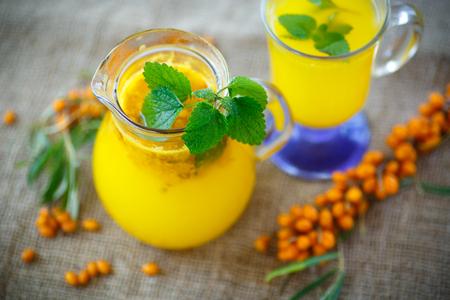 argousier: jus de baies mûres de l'argousier dans une tasse de verre