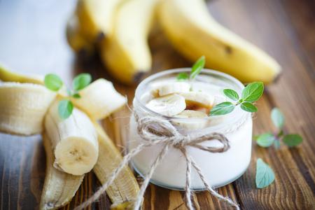 banane: home sweet yogourt de la banane dans un bocal en verre Banque d'images