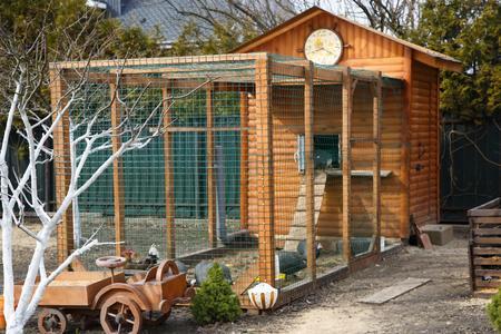hermosa casa de pollo de madera en granja casa Foto de archivo