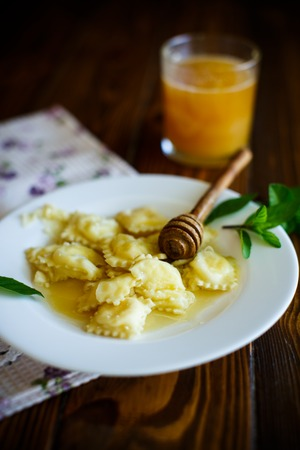 Homemade sweet ravioli with cottage cheese and honey Zdjęcie Seryjne