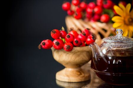 hot tea from medicinal fruits of red ripe rosehip, isolated on black background Banque d'images