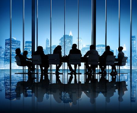 Silhouette de gens d'affaires réunis dans la salle de conférence Banque d'images - 26368237