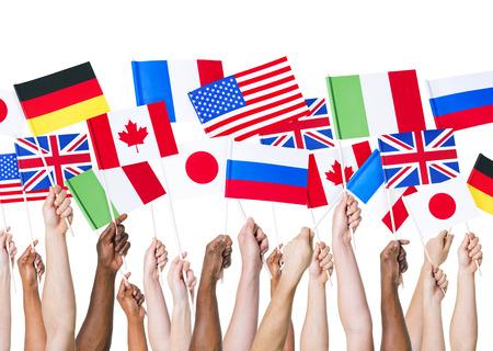 Mains divers tenant des drapeaux nationaux Banque d'images