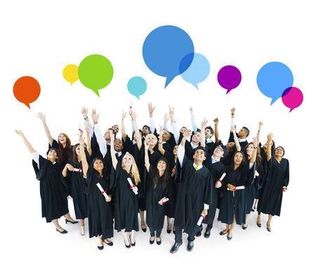birrete de graduacion: Estudiantes que se grad�an celebrando con Speech Bubbles